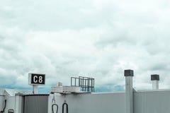 Skybridge terminal de Boston le Massachusetts d'aéroport devant les nuages orageux Photo stock