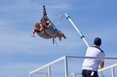 SkyCoaster橡皮筋跳跃的工作者 库存照片