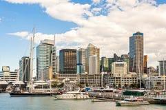 Skycrapers e porto de Auckland fotografia de stock