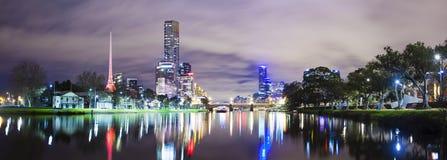 Skycrapers a lo largo del río de Yarra en Melbourne fotografía de archivo