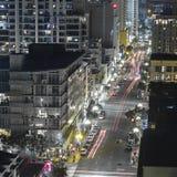 Skycrapers y calles de San Diego CA en la noche fotografía de archivo libre de regalías
