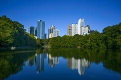 Skycrapper i Atlanta som är i stadens centrum med reflexion Fotografering för Bildbyråer