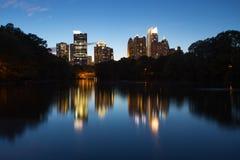 Skycrapper i Atlanta som är i stadens centrum med reflexion arkivbilder