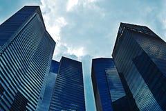 Skycrascrapers azuis, coração finacial de Singapura Ásia Fotos de Stock Royalty Free