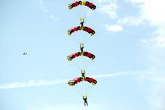Skydaiving Haubenakrobatik - der Whatnot von vier Fallschirmspringern Lizenzfreie Stockbilder