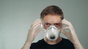 Skydd av ögon och det respiratoriska systemet Maskering på framsidan bevarande av hälsa arkivfilmer