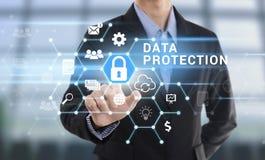 Skydd för data för knapp för trycka på för affärsmanhand Royaltyfri Fotografi