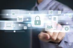 Skydd för data för knapp för trycka på för affärsmanhand royaltyfria bilder