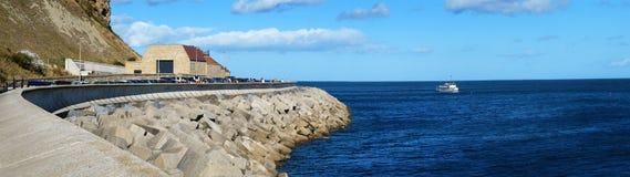 Skydd för havsvägg på Scarborough Royaltyfria Foton