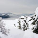 Skydd för turister i de snöig bergen Fotografering för Bildbyråer