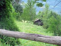 Skydd i de schweiziska fjällängarna Alpin stuga, chalet royaltyfri bild