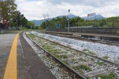 Skydd i en liten italiensk järnvägstation Arkivfoto