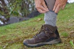 Skydd mot fästingar, genom att stoppa, flåsar in i sockor Royaltyfri Bild