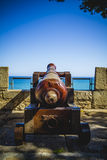 Skydd spansk kanon som ut pekar till havsfästningen Arkivbilder