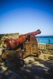 Skydd spansk kanon som ut pekar till havsfästningen Arkivfoton