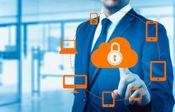 Skydda för informationsdata om molnet begreppet Säkerhet och säkerhet av molndata Royaltyfri Foto