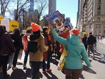 Skydda vapen för ungar inte, mars för våra liv som protesterar våld, NYC, NY, USA arkivbilder