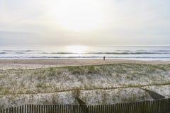 Skyddad dyn och strand arkivfoton