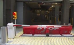 Skyddande barriär på parkeringsgaraget med stopptecknet och trafikljus Arkivbild