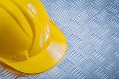 Skyddande byggnadshjälm på kanaliserad metallbakgrundsconstru fotografering för bildbyråer