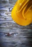 Skyddande byggnadshjälm på tappningträbräde Fotografering för Bildbyråer