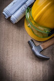Skyddande exponeringsglasritningar för hammare och säkerhetslock på trälodisar Royaltyfri Fotografi