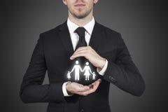 Skyddande familj för affärsman Arkivfoton
