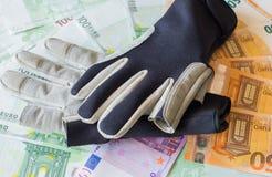 Skyddande handskar för att segla mot bakgrunden av euroförbudet Arkivbild