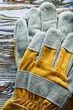 Skyddande handskar på bästa sikt för träbräde Arkivfoton
