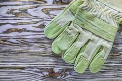 Skyddande handskar på träbrädehorisontalbild Royaltyfria Foton