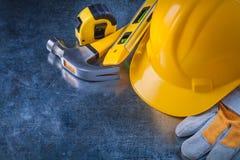 Skyddande handskar som bygger hjälmkonstruktion arkivbild
