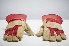 Skyddande handskar som isoleras på vit bakgrund Royaltyfri Fotografi