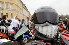 Skyddande hjälm av motorcyklisten Arkivfoto