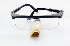 Skyddande skyddsglasögon och sedel för euro femtio Arkivbilder