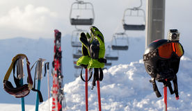 Skyddande sportutrustning skidar på poler på skidar semesterorten Arkivbild