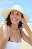 skyddande sun för strand royaltyfri fotografi