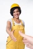 Skyddar bärande guling för kvinnabyggmästaren hjälmen och den total- visningfärgkontrollören Royaltyfria Bilder