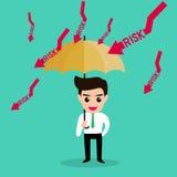 Skyddar det hållande paraplyet för affärsmannen risk Arkivbild
