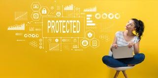 Skyddat med kvinnan som använder en bärbar dator royaltyfri fotografi