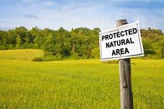 Skyddat naturligt område som är skriftligt på ett fälttecken - bild med kopieringsutrymme royaltyfri fotografi