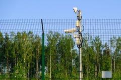 skyddat omr?de Bevakningkameror för bevakning Cctv-längd i fot räknat från vår egenskap Staket arkivbild