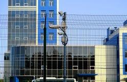skyddat omr?de Bevakningkameror för bevakning Cctv-längd i fot räknat från vår egenskap Staket royaltyfria foton