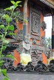 Skyddsängelskulptur på Bali den hinduiska templet Royaltyfri Bild