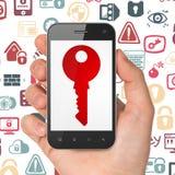 Skyddsbegrepp: Hand som rymmer Smartphone med tangent på skärm Arkivbild