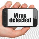 Skyddsbegrepp: Räcka hållande Smartphone med viruset som avkänns på skärm Arkivbilder