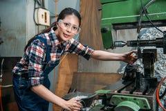 Skyddsglasögon för kvinnlig personal för delfabrik bärande Arkivfoto