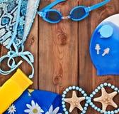 Skyddsglasögon skal, baddräkt på en träbakgrund Royaltyfri Fotografi
