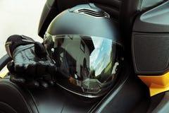 Skyddskläder och säkerhet i motorsport Arkivbild