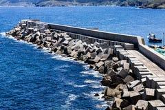 Skyddsmur mot havet i ett fiskeläge Arkivfoton