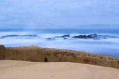 Skyddsmur mot havet och hav Arkivbild